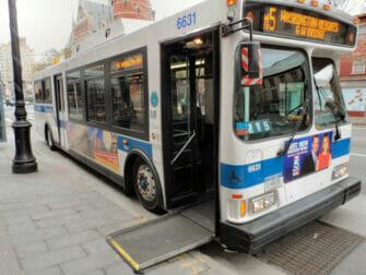 Liikuntarajoitteiset New Yorkin matkailijat - bussi