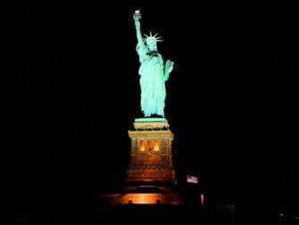 New York -iltaristeily seisovalla pöydällä - Vapaudenpatsas
