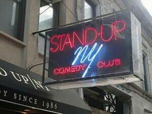 Stand Up komediaa komediaklubilla New Yorkissa