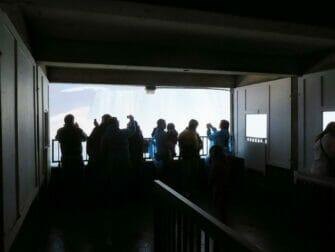 New Yorkista Niagaran putouksille päivämatka lentokoneella - Niagaran putousten takana
