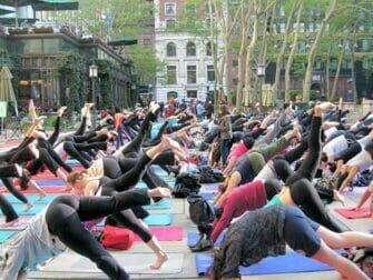 Ilmaista joogaa New Yorkin Bryant Parkissa