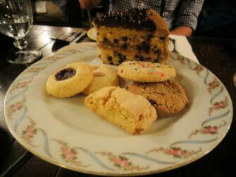 Iltapäivätee Alice's Tea Cup -kahvilassa - Pikkuleipia