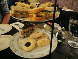 Iltapäivätee Alice's Tea Cup -kahvilassa - lautanen