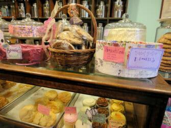 Iltapäivätee Alice's Tea Cup -kahvilassa - leivonnaisia