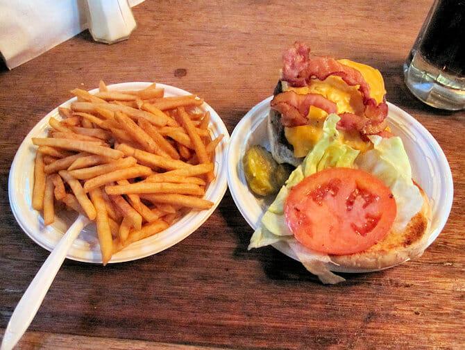 Parhaat hampurilaiset New Yorkissa - Corner Bistro NYC