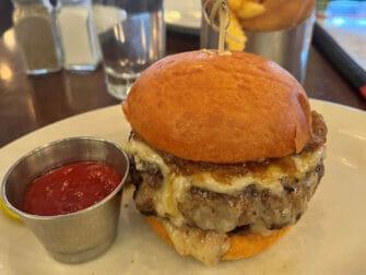 Parhaat hampurilaiset New Yorkissa - Five Napkin Burger annos