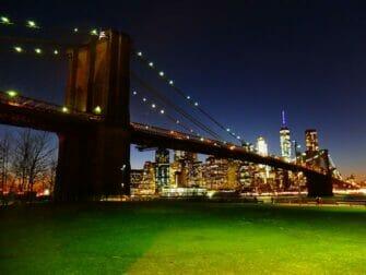 Puistot New Yorkissa - Brooklyn Bridge illalla
