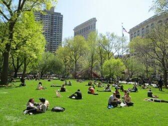 Puistot New Yorkissa - Ihmisia Madison Square Gardenissa
