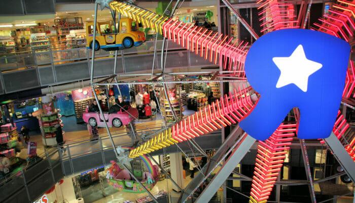 Maailmanpyora Toys R Us -liikkeessa New Yorkissa