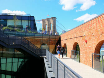 Brooklyn Bridge Park New Yorkissa - Empire Stores katto