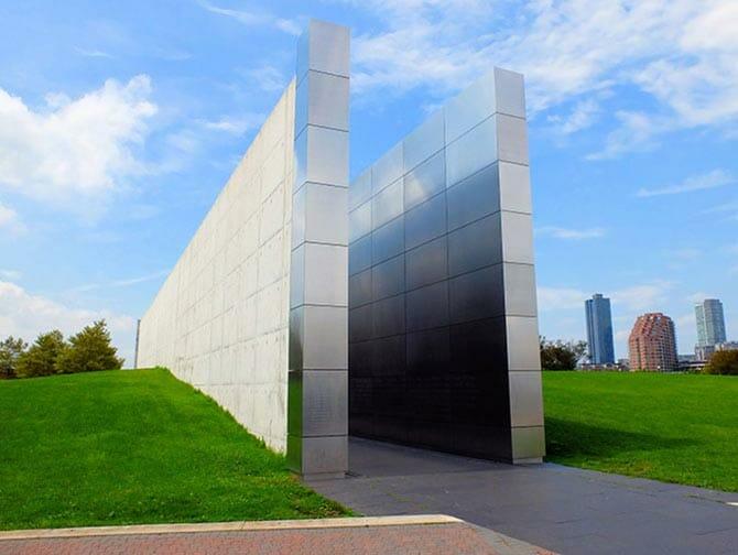 Empty Sky Memorial New Jerseyssä - Näkymä sivusta