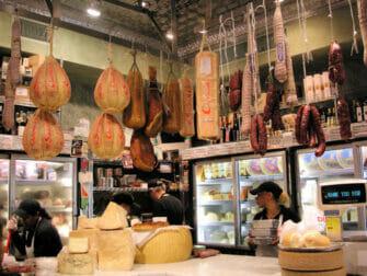 Chinatown ja Little Italy -ruokakierros - italialaisia juustoja