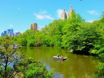Soutuveneen vuokraus Central Parkissa - Pariskunta soutelemassa