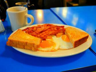 Tyypillistä amerikkalaista ruokaa New Yorkissa Sunny side up