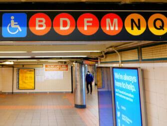 Liikuntarajoitteiset New Yorkin matkailijat - metro