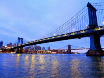 Manhattan Bridge New Yorkissa - Yöllä