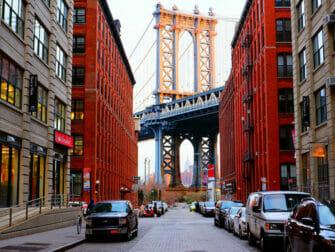 Manhattan Bridge New Yorkissa - Empire State Buildingin kanssa
