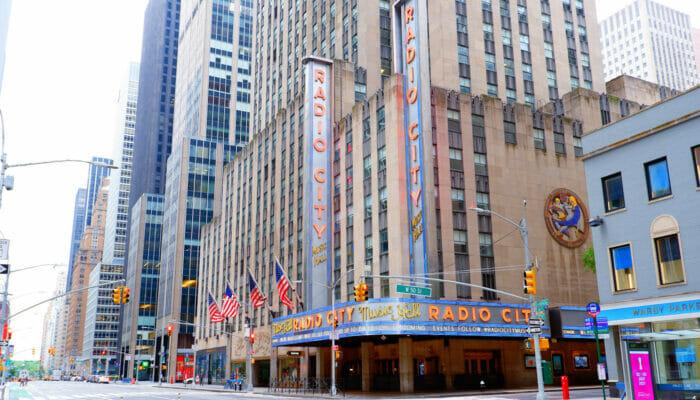 Radio City Music Hall New Yorkissa - Ulkopuolelta